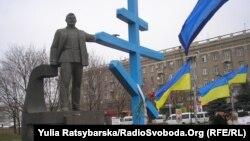 Пам'ятний хрест жертвам Голодомору біля пам'ятника Петровському