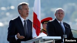 НАТО бас хатшысы Йенс Столтенберг (сол жақта) пен Грузия президенті Георгий Маргвелашвили. Тбилиси, 8 қыркүйек 2016 жыл.