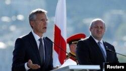 Генеральний секретар НАТО Єнс Столтенберґ (л) і президент Грузії Ґіорґі Марґвелашвілі, Тбілісі, 8 вересня 2016 року