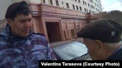 Житель села Белоусовка Восточно-Казахстанской области Владимир Тарасов (справа) выражает возмущение тем, что боец СОБРа «ходит за ним и его супругой по пятам». Астана, 19 апреля 2018 года.