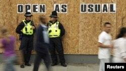 Патрульные полицейские на улице Лондона. 10 августа 2011 года.