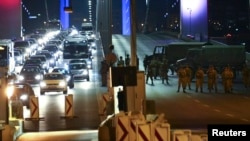 Турецкие военные заблокировали доступ к Босфорскому мосту. 16 июля 2016 года.