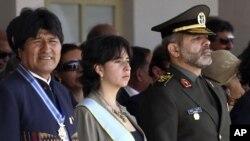 احمد وحیدی (راست) وزیر دفاع جمهوری اسلامی ایران همراه با خانم ماریا سیسیلیا چاکون، همتای بولیویایی اش و ایوو مورالس، رییس جمهور بولیوی در مراسم آکادمی نظامی این کشور