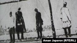 1916 жылғы көтеріліске қатысушыларды жазалаушылар дарға асып кеткен. (Қырғызстан тарихи музейіндегі экспозициядан фото)