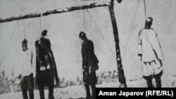 Чор Россиясига қарши 1916 йилда қўзғолон кўтаргани учун дорга осилган туркистонликлар. Қирғизистон давлат тарих музейидан олинган фотосурат.