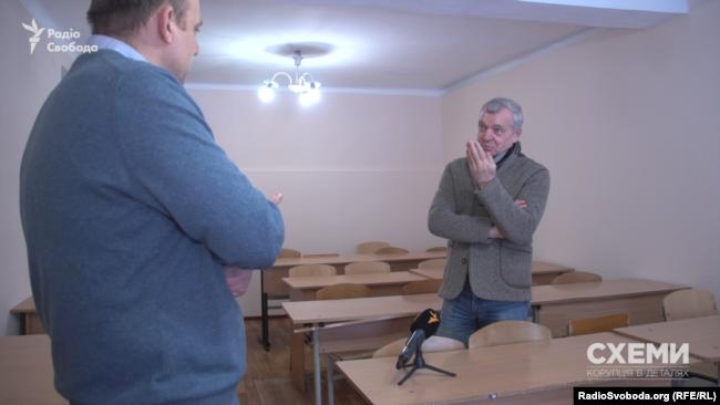 Завідувач кафедри мистецтвознавчої експертизи академії Віктор Карпов вважає, що Марину Порошенко навчили добре