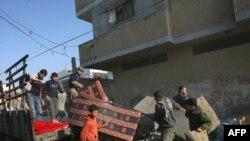 فلسطینیها خانههای خود در رفح را ترک میکنند. (عکس: AFP)