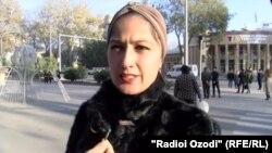 Яке аз ҳамсуҳбатони Радиои Озодӣ дар хиёбони марказии шаҳри Душанбе