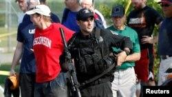 Сотрудник спецназа Капитолия на месте стрельбы в Александрии в пригороде Вашингтона, 14 июня 2017 года.