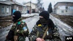 Українські військовослужбовці патрулюють порожні вулиці Дебальцева. 3 лютого 2015 року