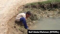 Хлопчык умываецца забруджанай вадой з-за недахопу чыстай, Ірак