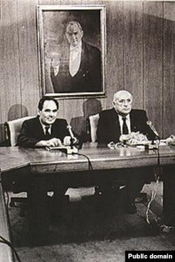 Президент Турции Сулейман Демирель и президент Татарстана Минтимер Шаймиев под портретом Кемаля Ататюрка. 1997 год