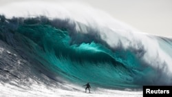 Иллюстративное фото: австралийский серфингист Марти Парадизиз, Тасмания, ноябрь 2012 года.