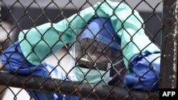 Сотрудник одного из центров в Либерии для заболевших Эболой