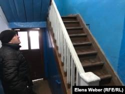 Старожил города Виктор Костюков, показывая подъезд своего старого дома с деревянными лестницами и протекающей крышей, считает, что такие дома надо не сносить, а просто отремонтировать. Караганда, 3 марта 2020 года.