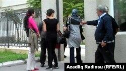 Hicablı qızlar ikiqat basqı altında…
