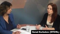 ВИЧ сырқаттары ассоциациясы басшысы орынбасары Любовь Чубукова (оң жақта) және журналист Маржан Елшібаева. Алматы, 2 желтоқсан 2016 жыл.