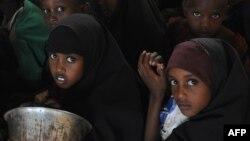 Кенийские школьники в очереди на пункте раздачи гуманитарной помощи ООН. 2014 год