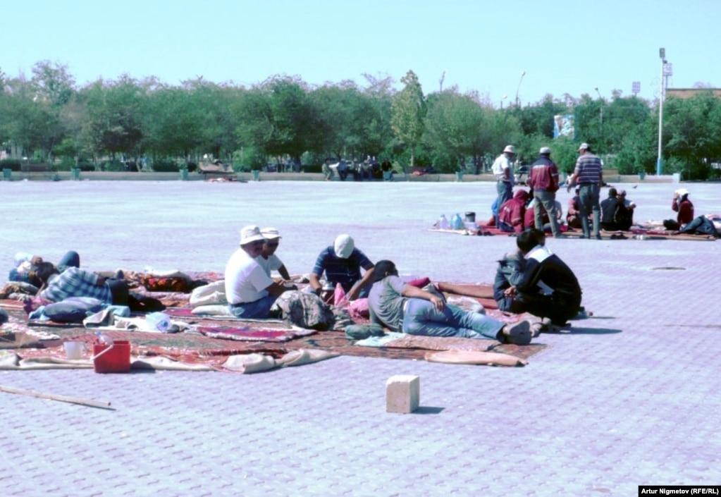 Бастующие нефтяники компании «Озенмунайгаз» на городской площади. Жанаозен, 1 сентября 2011 года.
