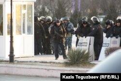 Ынтымақ алаңындағы қарулы полиция күші. Ақтау, 19 желтоқсан 2011 ж.