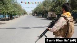 سرباز افغان در جریان درگیریها برای بازپسگیری کنترل قندوز از طالبان؛ طالبان در تمامی دوره مذاکرات صلح از حملات خود به مناطق نظامی و غیرنظامی در افغانستان دست نکشید.
