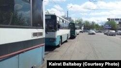 Припаркованные вдоль дороги автобусы. Алматы, 17 апреля 2013 года.