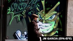 Граффити, изображающее вирус SARS-CoV-2, в испанской Саламанке
