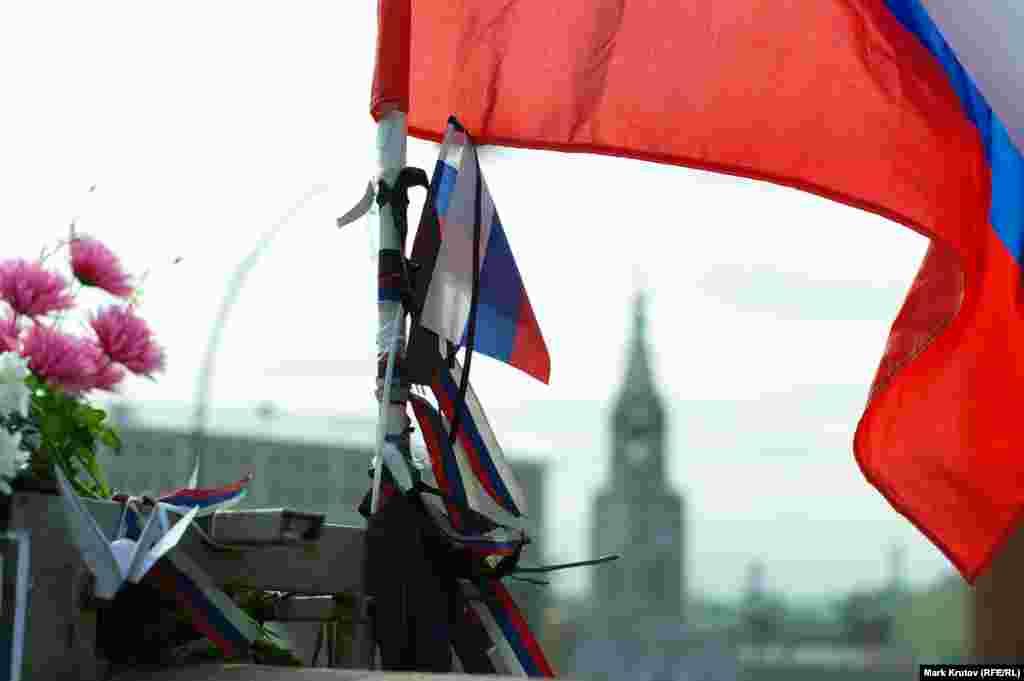 На месте трагедии появился большой российский флаг с траурными ленточками