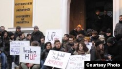 Pamje nga bllokada e djeshme e studentëve para Rektoratit të Universitetit në Prishtinë