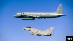 Зьнішчальнік брытанскіх ваенна-паветраных сілаў Typhoon суправаджае расейскі самалёт-выведнік Іл-20M над Балтыкай 8 чэрвеня 2015 году.