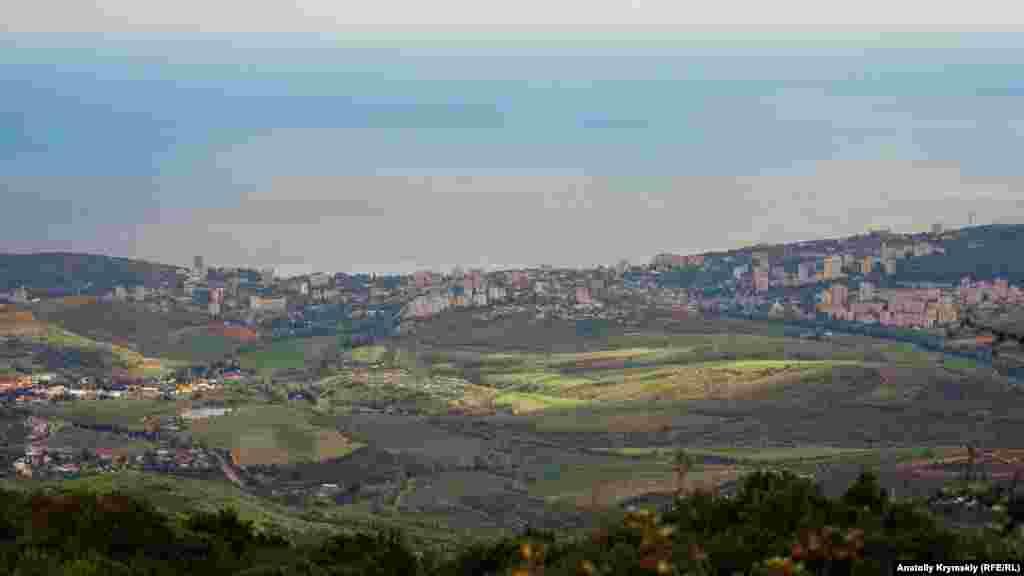 На горизонті – Алушта з Чорним морем, яке зливається з обрієм