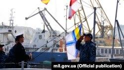 Підняття прапора на «Слов'янську» – патрульному катері класу Island. 13 листопада 2019 року. Фото Міністерства оборони України