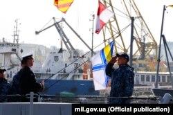 Прапор на «Слов'янську» підіймає його командир, старший лейтенант Дамир Аулін. Перед цим він командував бронекатером «Вишгород». 13 листопада 2019 року