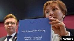 Марина Литвиненко з копією доповіді про розслідування вбивства її чоловіка Олександра Литвиненка