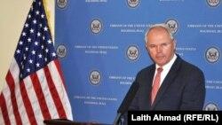 السفير هيل متحدثاً في المؤتمر الصحفي