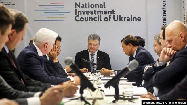 Президент України Петро Порошенко (посередині) на засіданні Національної інвестиційної ради. Давос, 23 січня 2019 року