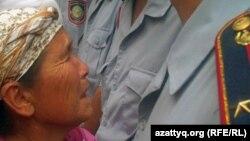 Түрмедегі тұтқынның жағдайын білуге келген туысы. Алматы, 30 шілде 2010 жыл. (Көрнекі сурет)
