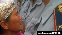 Родственница арестанта просит полицейских о свидании с ним в то время, когда поступила информация о беспорядках в тюрьме. Алматы. 30 июля 2010 года. Иллюстративное фото.