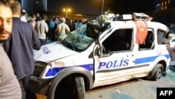 Анкара көшесіндегі бүлінген полиция көлігі. Түркия, 16 шілде 2016 жыл.