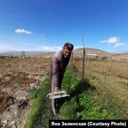 Житель армянского села Сотк, которое регулярно обстреливают с 27 сентября, показывает осколок снаряда, найденный в собственном огороде. 30 сентября 2020 года