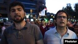 Դավիթ Սանասարյանն ու Անդրիաս Ղուկասյանը հուլիսի 29-ի երթի ժամանակ, Երևան, 2016թ.