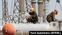 Қырғызстан электр желілерінде жұмыс істеп жатқан мамандар. (Көрнекі сурет)