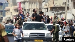 Жергілікті тұрғындар көтерілісшілермен бірге жеңісті тойлай бастады. Триполи, 22 тамыз 2011 жыл