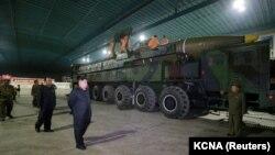 Лідер Північної Кореї Кім Чен Ин оглядає міжконтинентальну балістичну ракету Hwasong-14