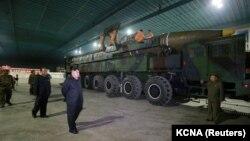 Лидеру Северной Кореи Ким Чен Ыну демонстрируют межконтинентальную баллистическую ракету. Фото опубликовано центральным телеграфным агентством Северной Кореи 5 июля 2017 года.