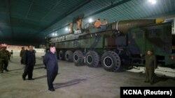 Түндүк Кореянын лидери континенттер аралык баллистикалык ракетаны көрүүгө келген учур.