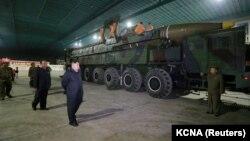 Північнокорейський лідер Кім Чен Ин оглядає міжконтинентальну балістичну ракету «Хвасон-14»