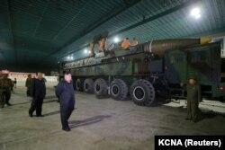 Кім Чэн Ын на інспэкцыі ў ракетнай часьці