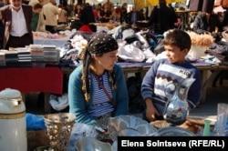 Беженка Майна Айха с сыном на базаре в Стамбуле