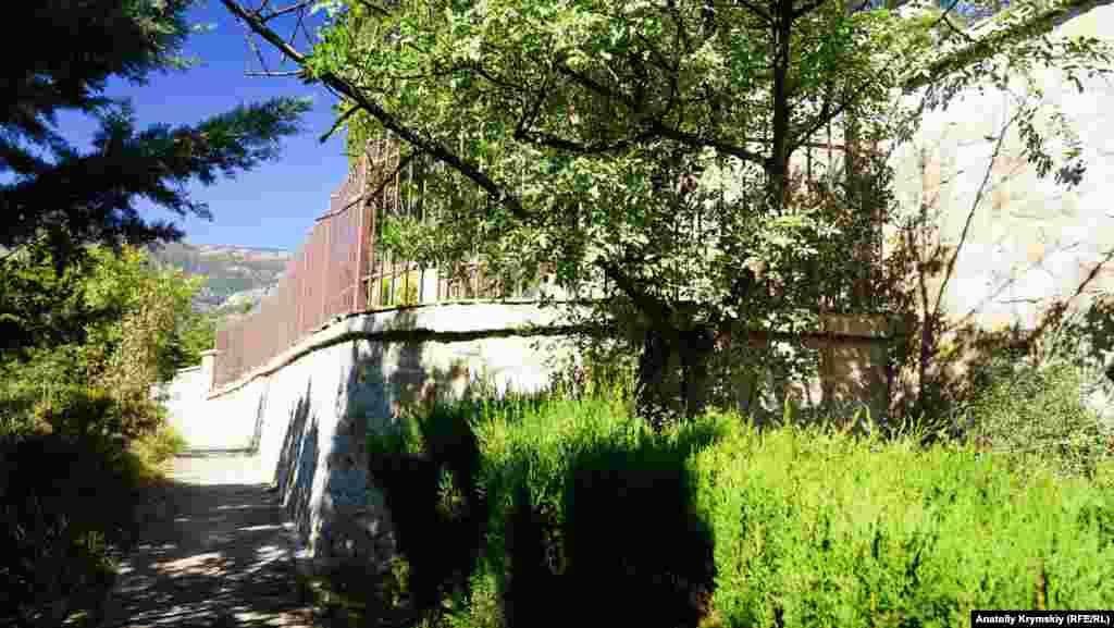 Захоплена забудовниками земля відокремлена від іншої частини меморіалу високою підпірною стіною і парканом. Старожили Полікуру розповідають, що при забудові могильні плити вивозили в невідомому напрямку. Про долю людських останків невідомо нічого